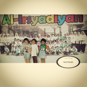 Ava (paling kanan) with her bff