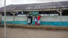 Eyang, Aqeela dan Tante Chyntia di Replika Sekolah Laskar Pelangi
